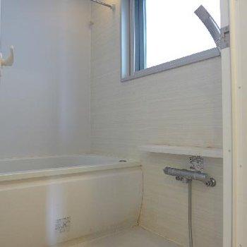 お風呂も広く、窓があるので気持ちが良いですね!