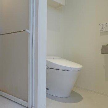トイレはもちろんウォシュレット!扉はありません。