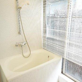 お風呂も窓が大きいので明るい!