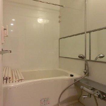 浴室乾燥に追い炊き機能付きのゆったりサイズのお風呂