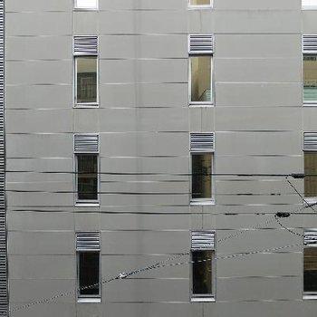 道路を挟んだ向いのビルが見えます。