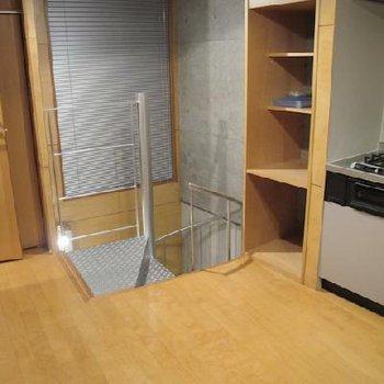 階段を上がったところ※写真は別タイプのお部屋です