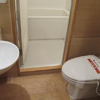 バストイレ部分のようす。※写真は別タイプのお部屋です