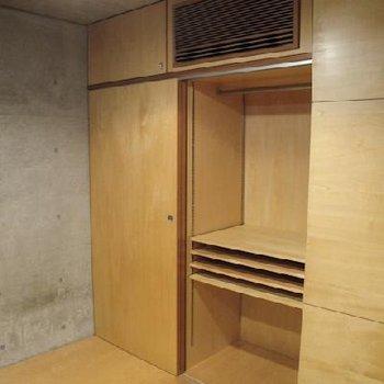 奥は収納!棚は自由自在に調整可能。※写真は別タイプのお部屋です