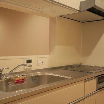 IHコンロですっきりとしたキッチンです。