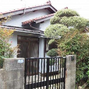 希少な戸建て住宅!立派な門です。