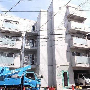 5階建て、宅配ボックスやオートロック付きのしっかりマンションです。