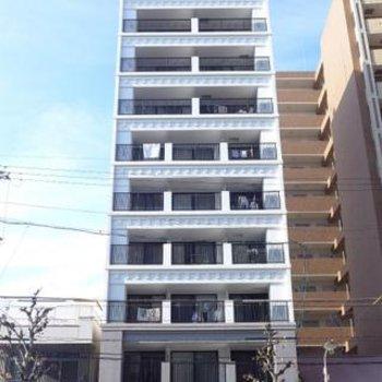大通り沿いにある綺麗なマンション。