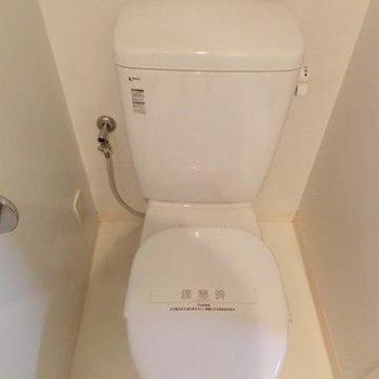 向かいのトイレもシンプルに!※写真は前回募集時のものです