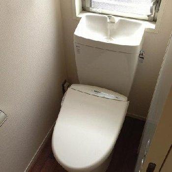 トイレ。手を洗えますね。※写真は別部屋(反転)