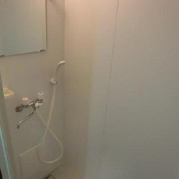 広めのシャワールーム。新設のため清潔感溢れてます!