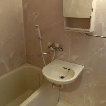 お風呂と洗面台。鏡の裏には歯ブラシ等収納可能です!