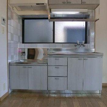 キッチンは青を基調としていて爽やか