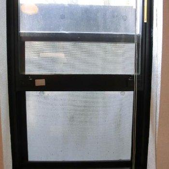 窓が下半分を開けるタイプのため、そこまで開放感はないかもしれません
