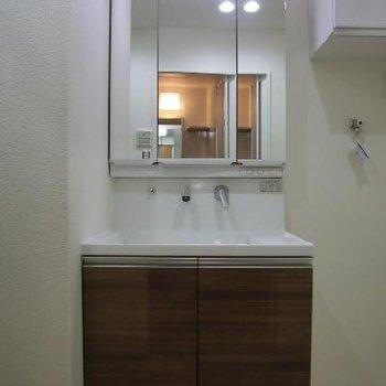 独立洗面所も、デザインを揃えて統一感を!洗面台の鏡の後ろは収納スペース。