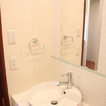 洗面ボウルと壁面のタイルがステキ