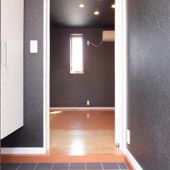 玄関を開けると。お部屋との間にドアが付いています!