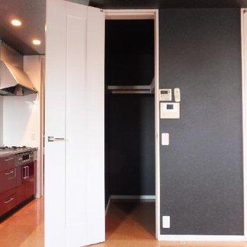 キッチン後ろには収納があります。食品を入れるもよし。洋服を入れるもよし。