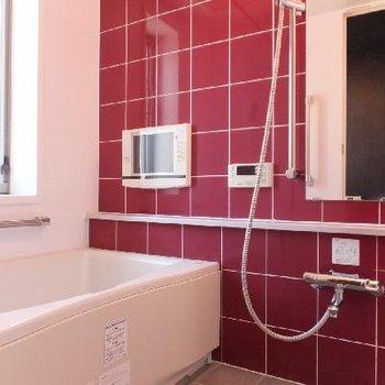 お風呂のタイルはワインレッド。なんとテレビ付き。