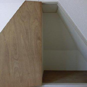 変わった形の収納。扉を前回にすると家のような形になりますね!*以前掲載時の写真になります