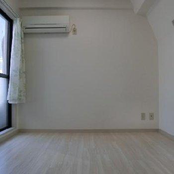 別角度から見るとシンプルな洋室*以前掲載時の写真になります