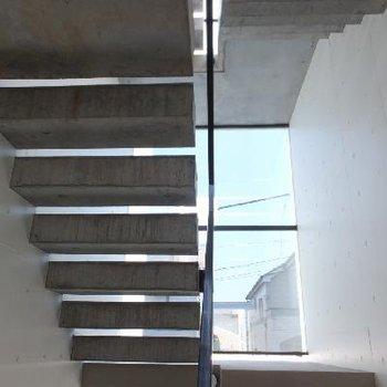 そのガラスを内側から。共用の階段部分です。