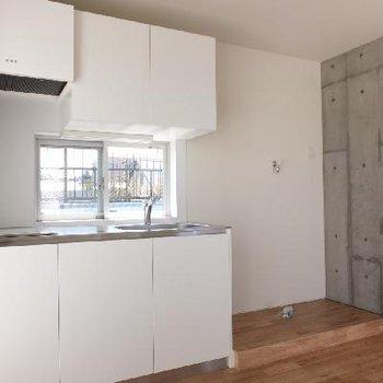 キッチン、冷蔵庫、洗濯機の順。
