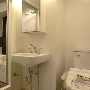 右からトイレ、洗面台、お風呂。水回りはとってもコンパクト