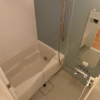 お風呂はゆったり入れるサイズ。