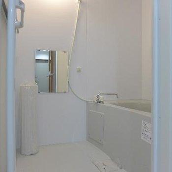 お風呂も清潔感溢れる空間