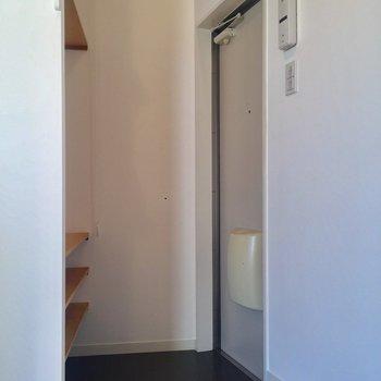 玄関はコンパクトサイズ。