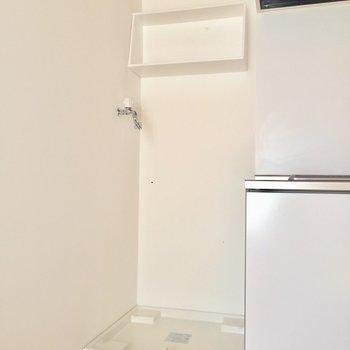 横には洗濯機。棚があるのが嬉しいですね。