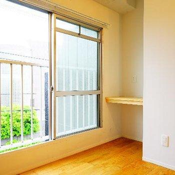 窓際にはコンセント付きの机スペースが!※写真は前回募集時のものです