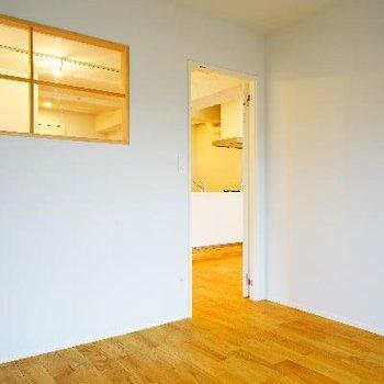 小さな小窓がかわいいベッドルーム♪※写真は前回募集時のものです
