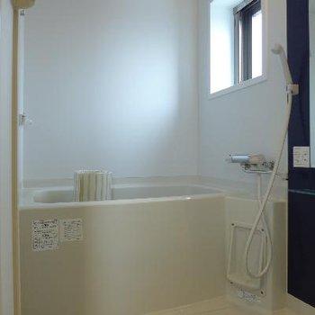 お風呂にも窓!※写真は別部屋です