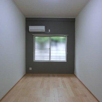 窓側の壁にアクセントクロスが施されています。