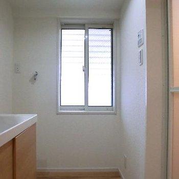 脱衣所には小窓もあります。