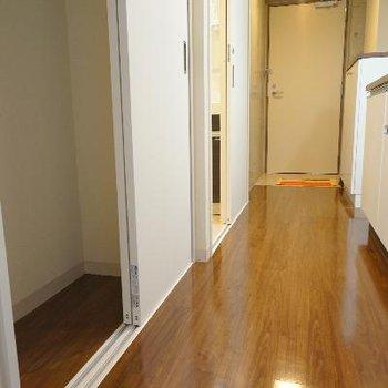 廊下には小さな収納スペースが。