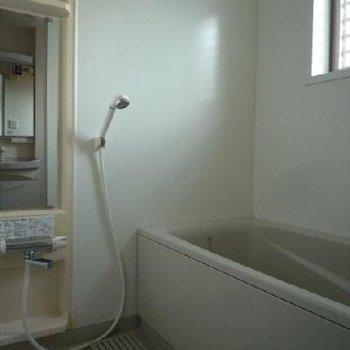 浴室には窓も付いていて、換気もラクラク