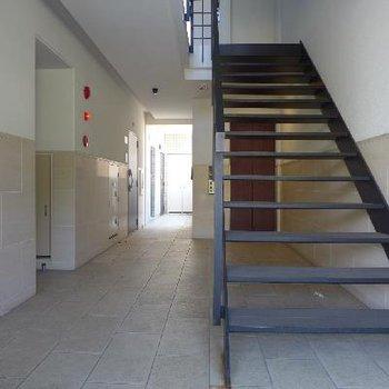 エントランスから2階への階段がオープンタイプでスタイリッシュ