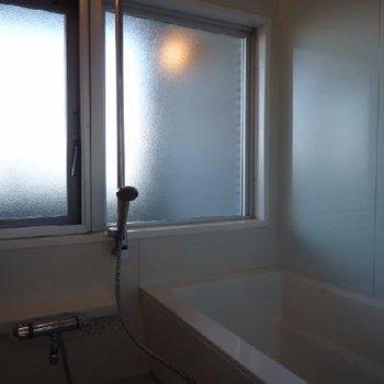 開放感のある窓付きの浴室