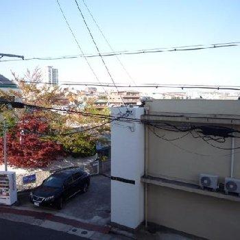 丘の上からの見晴らし!と思ったら目の前に建物があるのがちょっぴり残念。