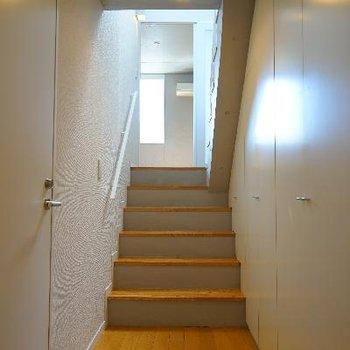 一階の玄関から。右は全部収納です!※写真は一部、前回募集時のものです