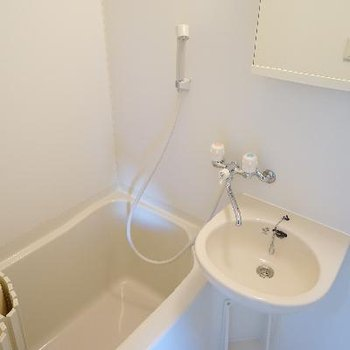 お風呂と洗面台は併設です。
