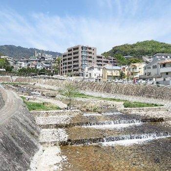 綺麗に整備された住吉川。ここから約7分歩きます。