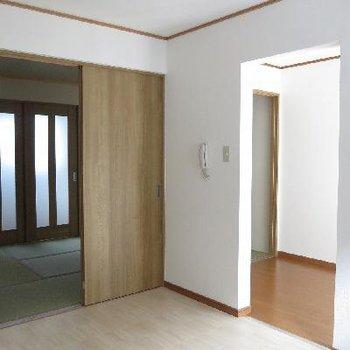 反対側から。和室と玄関