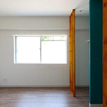 玄関側の寝室。こちらにもオープンの収納が付いています
