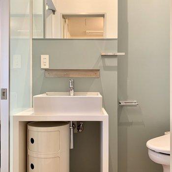 洗面台には棚があって便利!収納もお使いいただけます◎