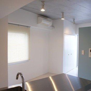 天井はコンクリート仕上げでスタイリッシュな印象