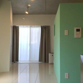 掃出し窓のカーテンも備品で付いてきます、カラーはグレージュで落ち着いた雰囲気。